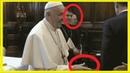Beim Versuch den Ring von Papst Franziskus zu küssen passiert das