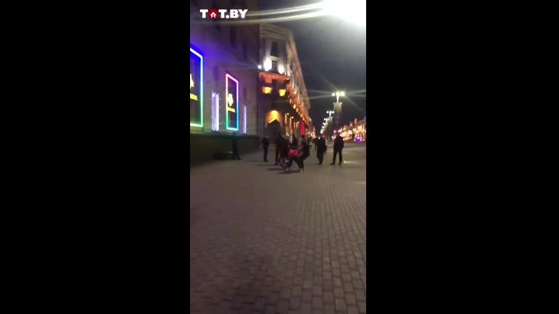 Еще одно видео c другого ракурса как в Минске люди из рук фашистов отбили женщину на велике