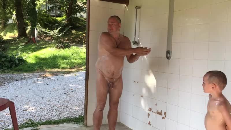 Douche extérieure été 2018 naturisme en famille