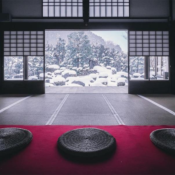 Япония известна своей яркой сменой сезонов: весной там цветет сакура, осенью розовеют клены Зимой же многие регионы страны покрываются белым снегом, превращаясь в настоящее царство Снежной