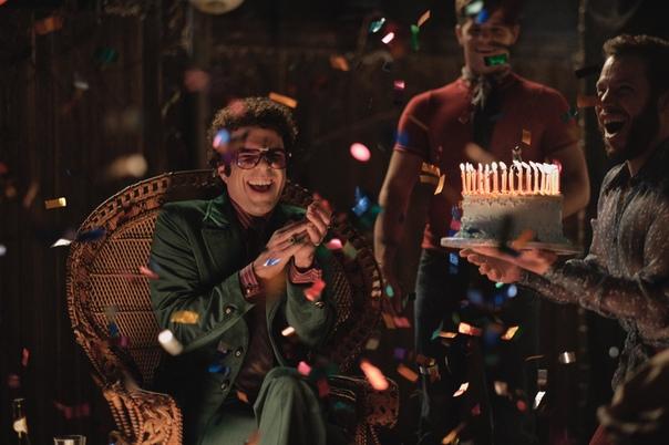 Джим Парсонс и Мэтт Бомер на первых кадрах киноадаптации бродвейского мюзикла «Парни в группе» Несколько друзей-геев встречаются на вечеринке по случаю дня рождения одного из них в Нью-Йорке