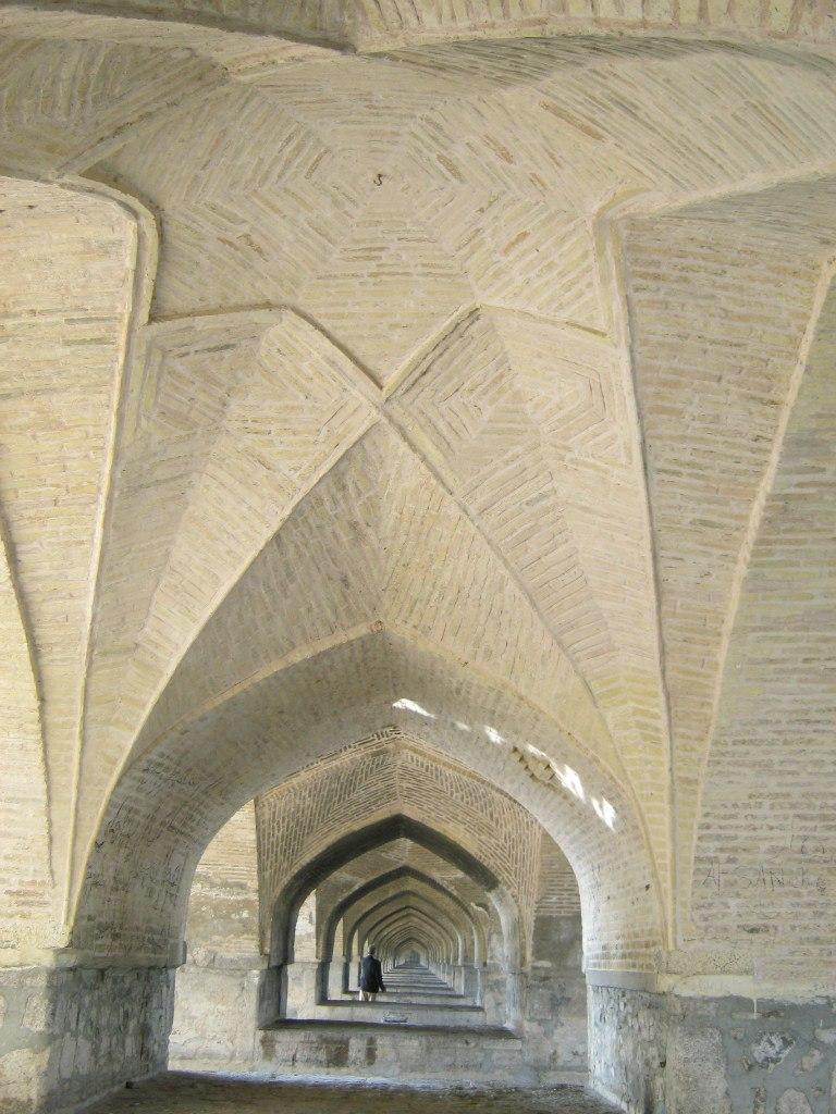 нижняя часть моста Хаджу в Исфахане