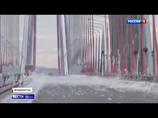 Верхолазы заканчивают очистку ото льда моста на остров Русский