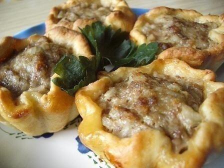 Тефтели в картофельных корзиночках Ингредиенты:4-5 картофелин;1-2 ст. ложки муки;300 г смешанного фарша;1 луковица;2 ст. ложки отварного риса;2 яйца (1 - в картофель; 1 в фарш);100 г тёртого