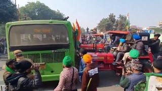 В Нью-Дели на улицы вышли фермеры, протестующие против новых сельскохозяйственных законов.