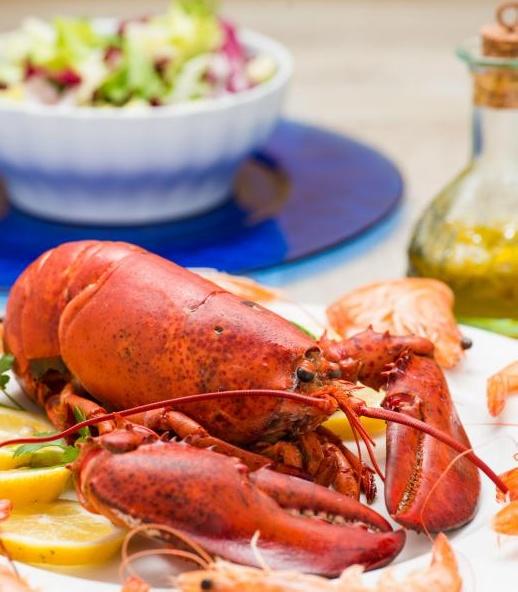 Свежеотварные лобстеры и креветки часто добавляют в салаты из морепродуктов.