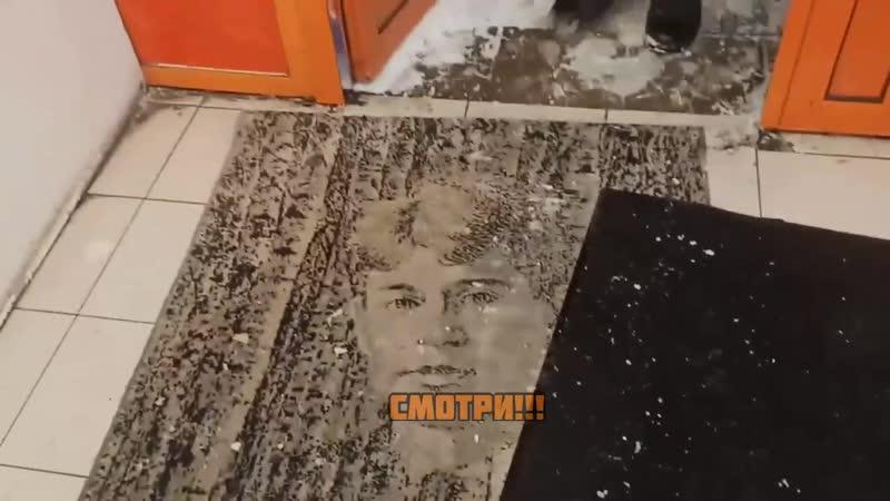 В столичном Дикси вытирают ноги о портрет Сергея Есенина