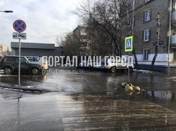 Дорожные службы восстановили стойку с дорожными знаками на Зеленодольской