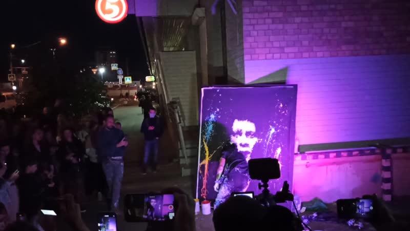 аргентинский стрит арт художник и шоумен Малкольм Рокс с ярким перфомансом на улице Молодогвардейской