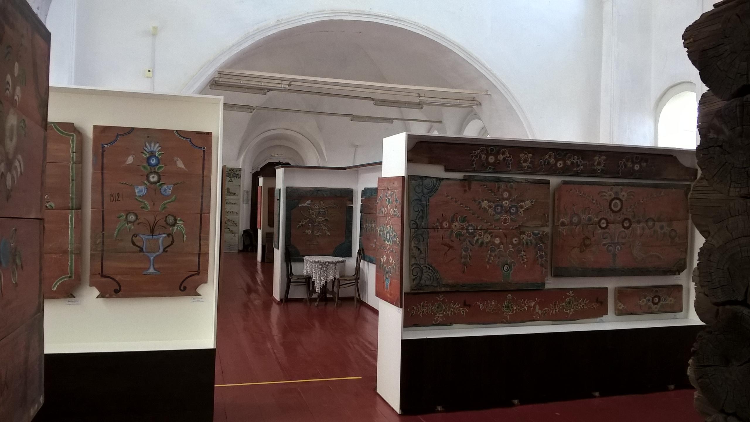 """В музее деревянного зодчества расписные """"Простенки изб"""""""