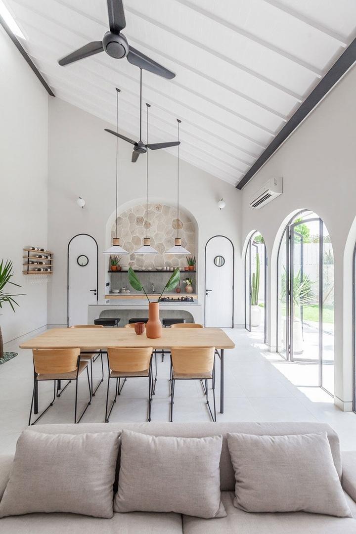 Арки и живые растения: стильный дизайн курортной виллы на Бали || 01