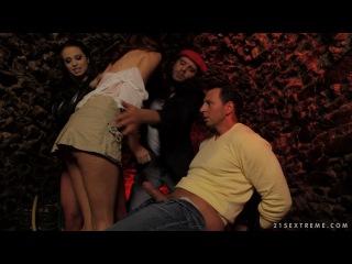 Lyen Parker & Mira Cuckold / Сумасшедшая парочка заставила бедную девочку сосать хуи!