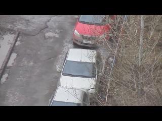 В Казани прохожий помог женщине выехать с парковки
