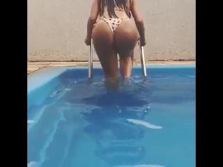 Claudia Alende голая в бассейне  попки ,велика попа, большая попа, большие попы, boobs, жопа, в попу