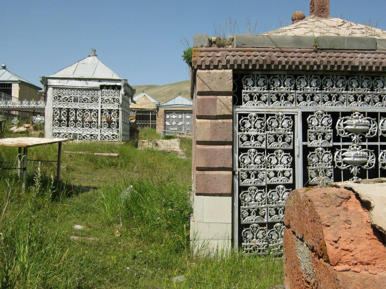 Езидские могилы/гробницы