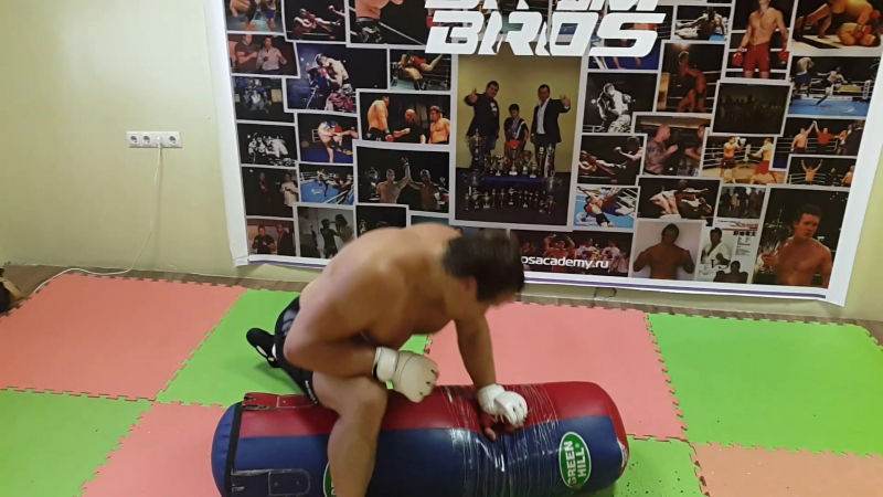 Сергей Шеметов работа в партере с боксерским мешком в Академии бр.Шеметовых.