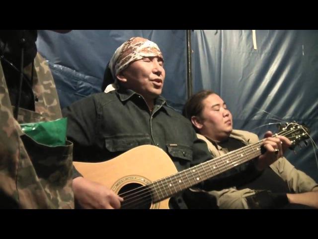Тадыкин Элес с гитарой на Тун Пайрам 2013