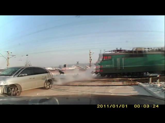 Ледве встиг!) Поїзд проти автомобіля на переїзді.
