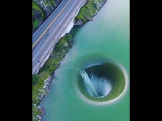 Жуткая Glory Hole в плотине Монтичелло на озере Берриесса в Калифорнии