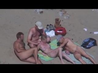 Разрешил ласкать жену неизвестным мужикам на пляже эротика, пляж, sexwife, голая, свободные отношения, свингеры, мацают, лапают
