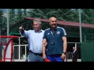 Гус Хиддинк посетил тренировку сборной России. [  ]