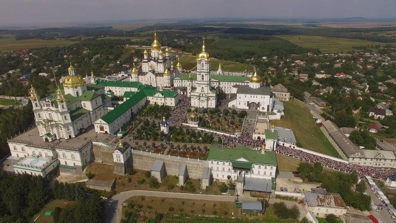 Вход Крестного хода Каменец-Подольской епархии в Почаев