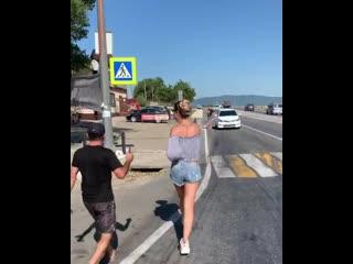 Вот Олечку Бузову на улице встречают фанаты)