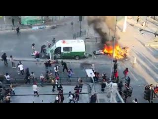 Чилийское восстание. Революционная молодёжь атакует машину карабинеров