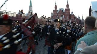Впечатлющий проход кельтского оркестра волынок и барабанов!!! Музыка очень пробирает.