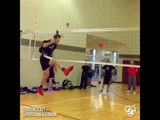 Jordan kilganon развлекается на волейболе