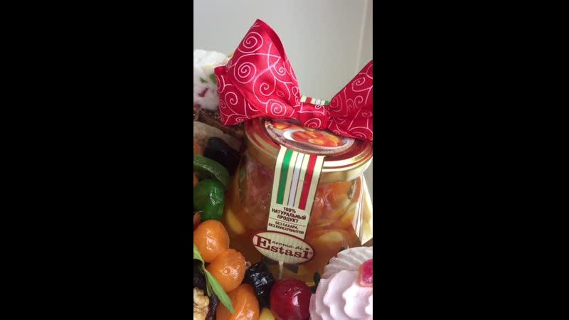 Композиция с сухофруктами и сладостями