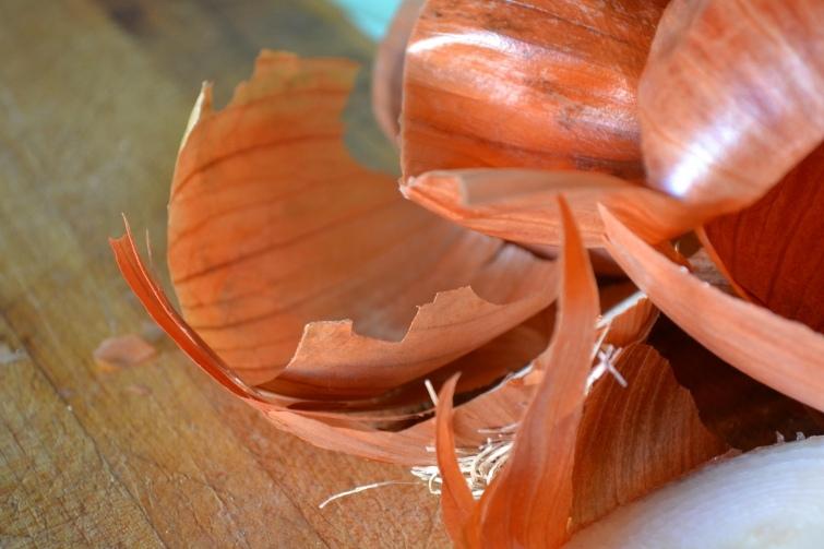 7 поводов не выбрасывать луковую шелуху в мусорное ведро, изображение №3
