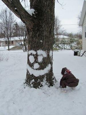 ИГРЫ ЗИМОЙ НА УЛИЦЕ Если на улице липкий снег, а лепить снеговиков с ребенком вам уже надоело, попробуйте оживить деревья, сделав им лица из снега.Нам нет нужды забираться в облака, чтобы