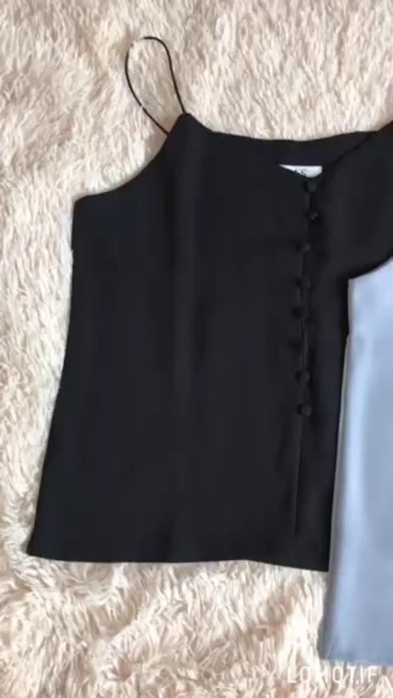 Майки на пуговках❤️Цвет: чёрный,белый,персик,голубойТкань: креп шёлк Длина без бретелек 42смЦена 360 грнСсылочка на instag