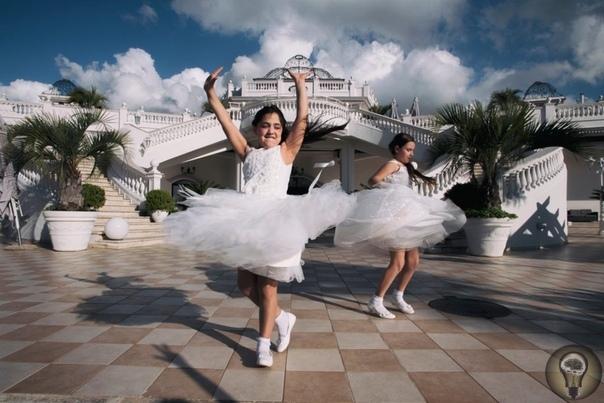 Маленькие невесты: фоторепортаж о том, как в Неаполе празднуют первое причастие ребенка Ч.-1Первое причастие у верующих католиков это принятие ребенка в католическую церковь наравне со