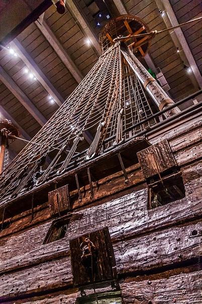 Vasa единственный в мире сохранившийся корабль постройки XVII века Галеон сохранился более чем на 95% и богато украшен сотнями резных фигур.Из-за грубых просчётов в проектирование, затонул при