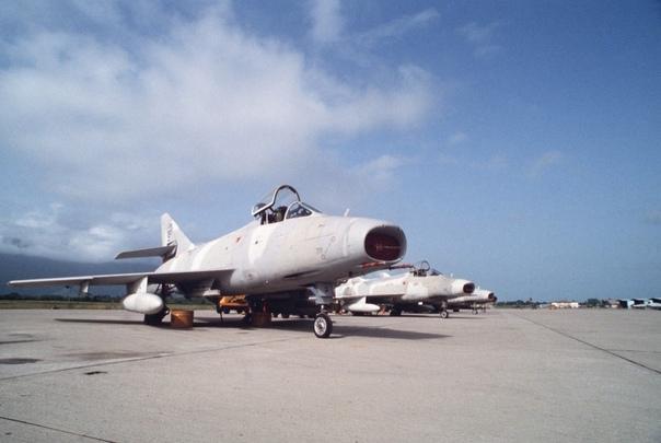 Истребители-бомбардировщики французского производства Dassault Super Mystère военно-воздушных сил Гондураса; ~ 1988-1989-й гг