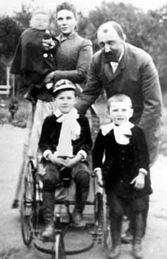 Семейное фото. Анна Михайловна и Александр Сергеевич Капцовы с сыновьями.