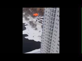Парашютисты прыгают с 24 этажа