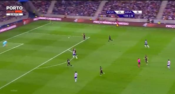 Спайич ведет борьбу один в один, Сафонов бросается на помощь партнеру, видимо, считая, что игрок «Порто» слишком отпустил мяч.