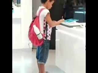 Бразильский школьник делал уроки в магазине техники из-за нехватки планшетов NR