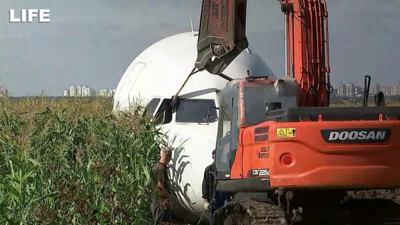 Кабину Airbus A321 увозят с кукурузного поля. Стрим с дрона