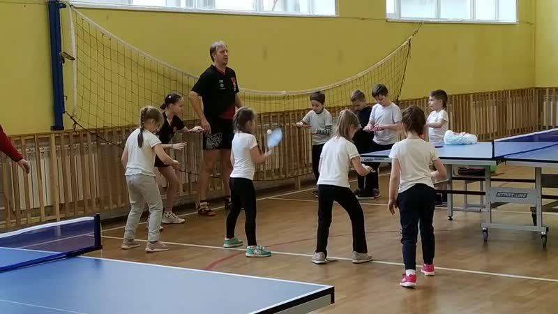 Соревнования на удержания мяча на правой стороне а также на левой стороне между командами мальчиков и девочек
