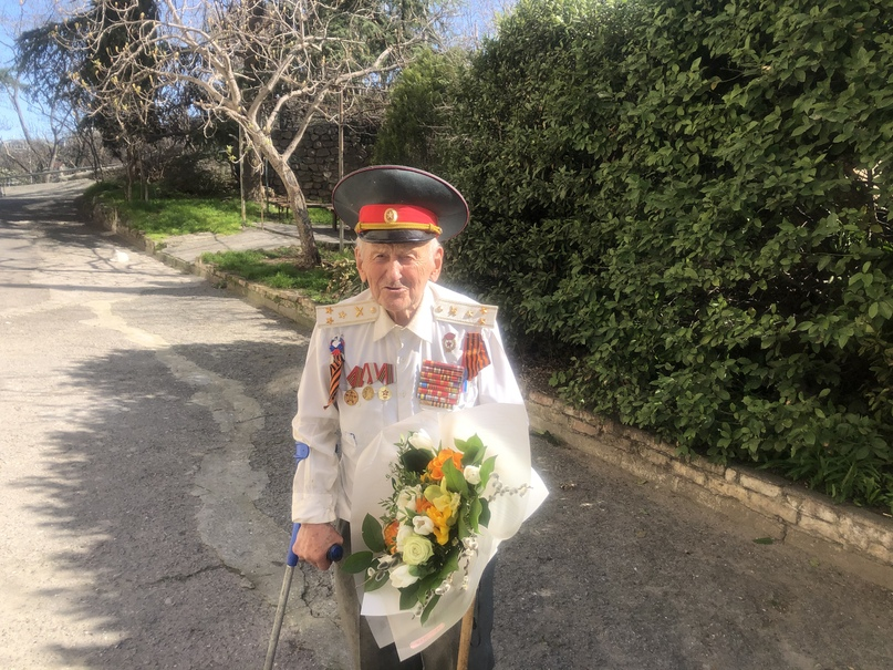 Сотрудники Отеля Yalta Intourist поздравили ветерана Великой Отечественной войны Анатолия Михайловича Сотникова с 96-м Днем рождения
