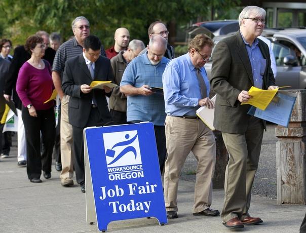 В США число поданных пособий по безработице побило рекорд 1982 года Заявки подали более 3 млн американцевБолее 3,2 млн американцев в течение минувшей недели подали свои первые заявки на