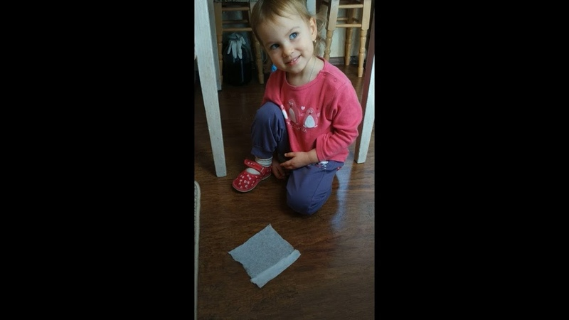 Ева помогает маме убирать в доме / Eva helps mom clean the house