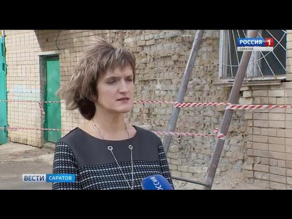 Рядом со зданием 55 школы рушится хозяйственная постройка