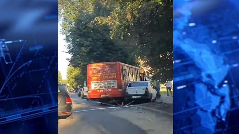 Тройное ДТП с участием маршрутки произошло в Ярославле на улице Наумова