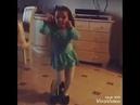 Девочка танцует под песню: Вите надо выйти