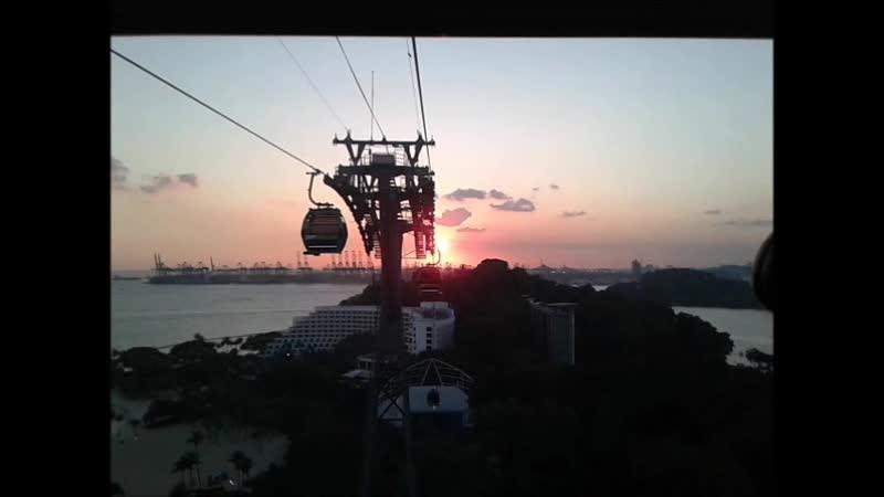 Сингапур Возвращаемся с Сентозы по канатной дороге на закате солнца